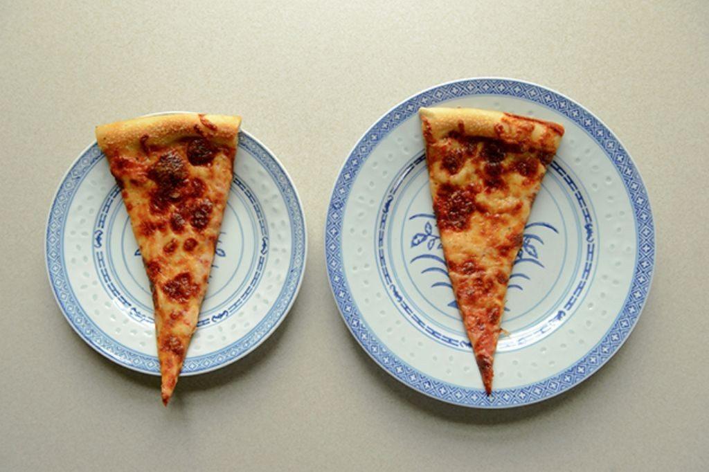 pizza en plato pequeño