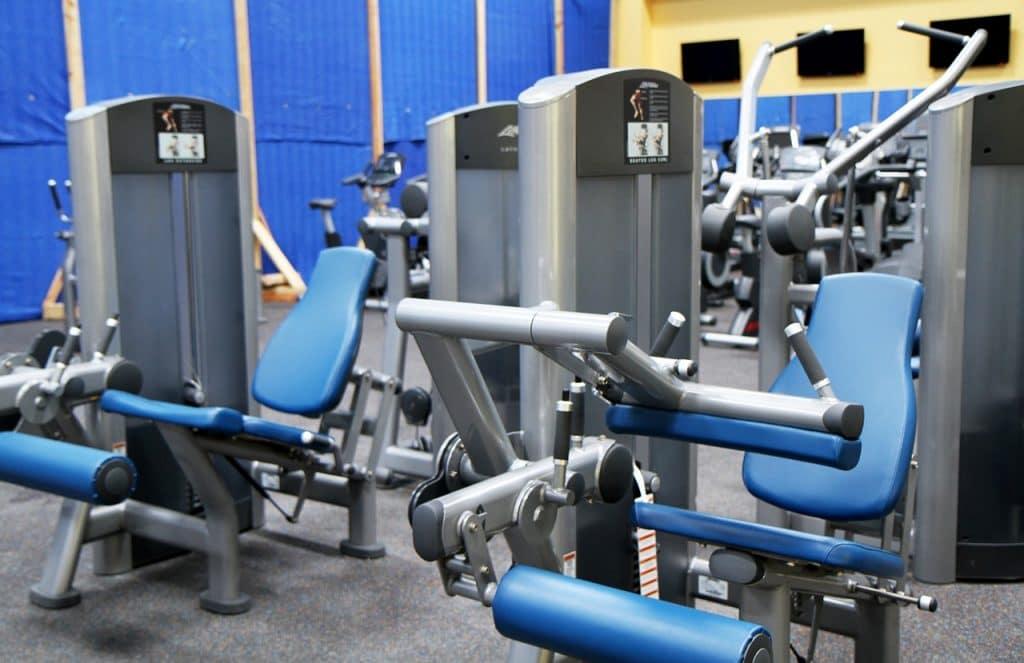 máquinas de gimnasio para entrenar los músculos de las piernas.