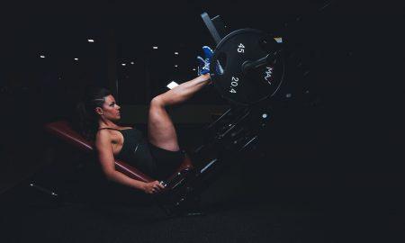 máquinas de gimnasio para entrenar las piernas