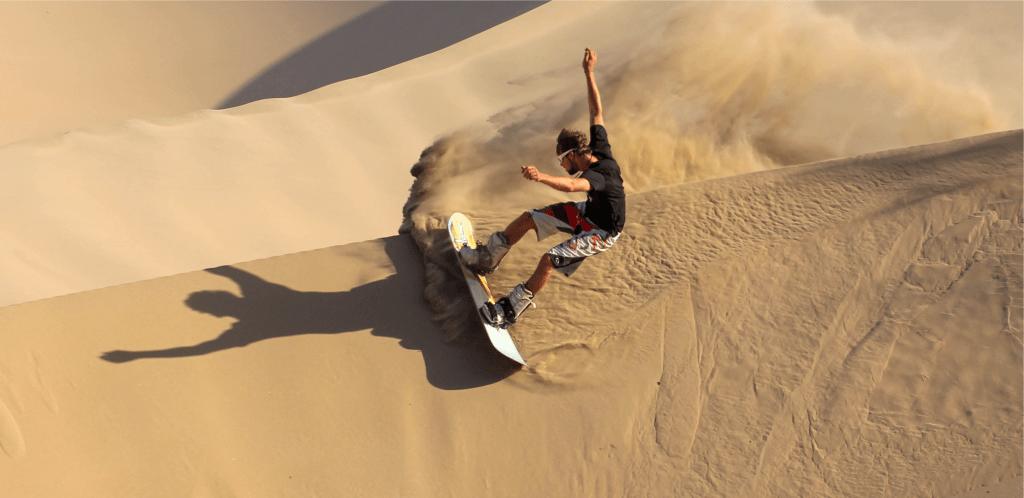 Persona practicando el sandboarding