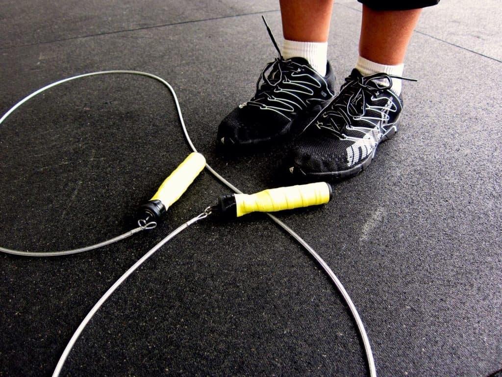 Una herramienta deportiva a través de la comba o cuerda de saltar