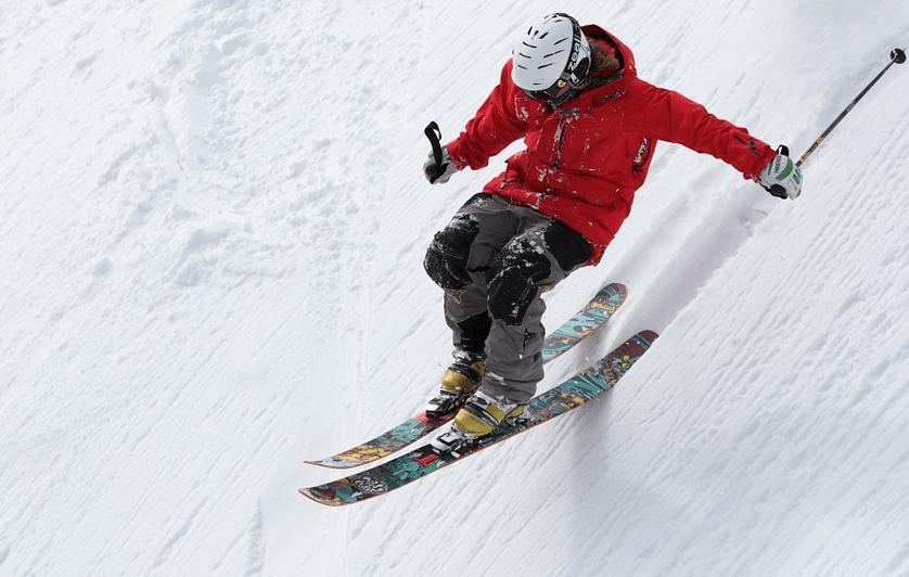 hombre haciendo esquí