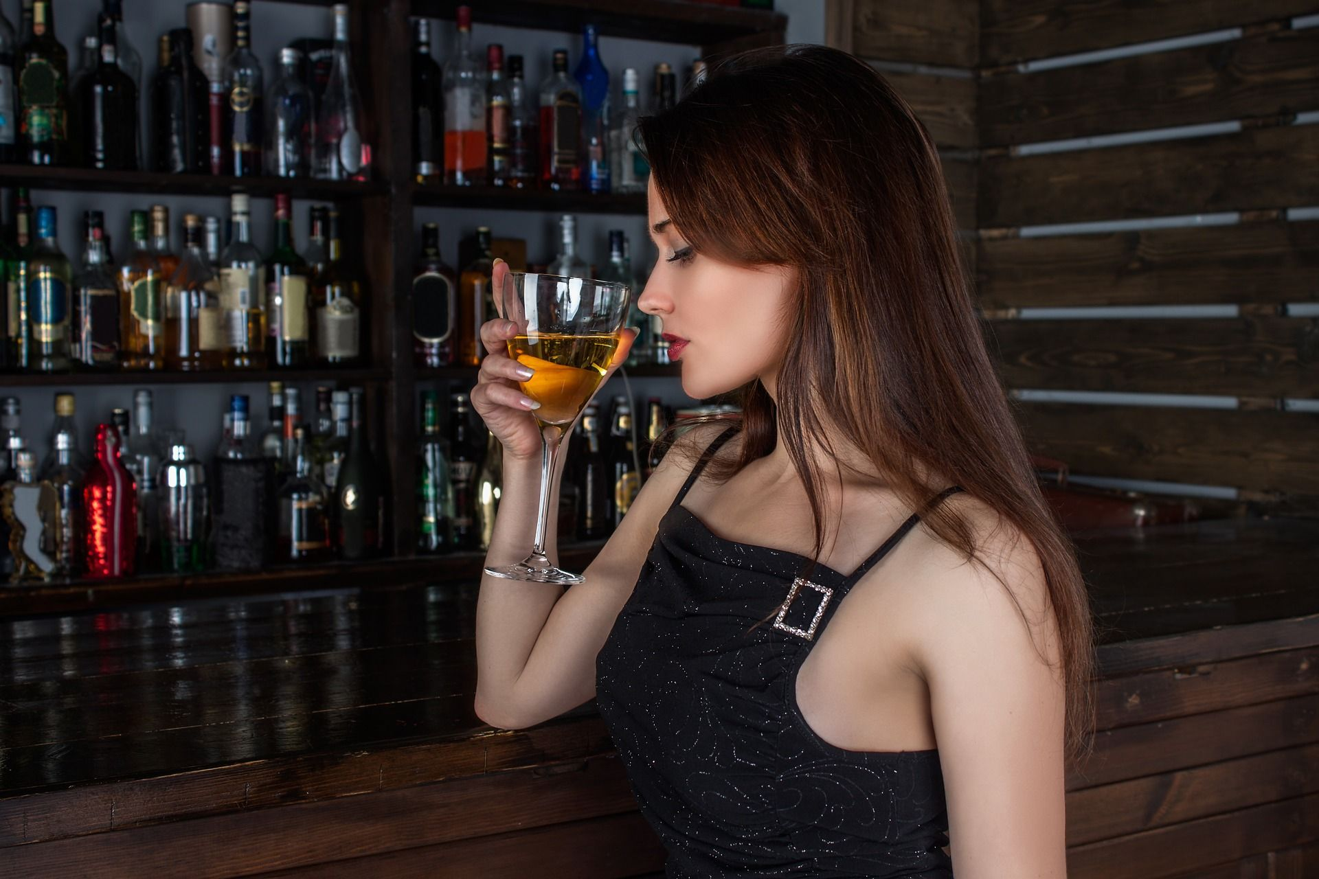 mujer consume alcohol