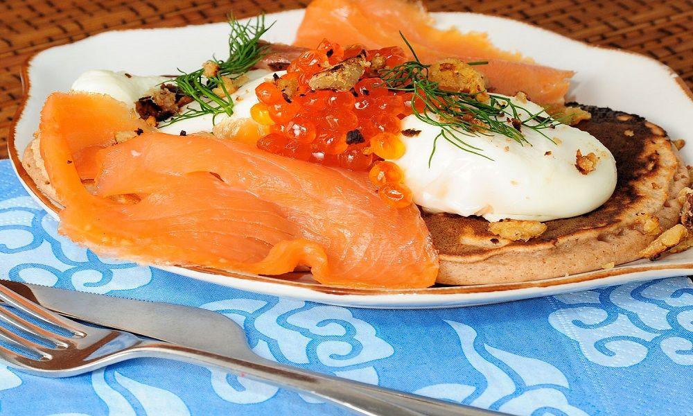 salmón con huevo escalfado