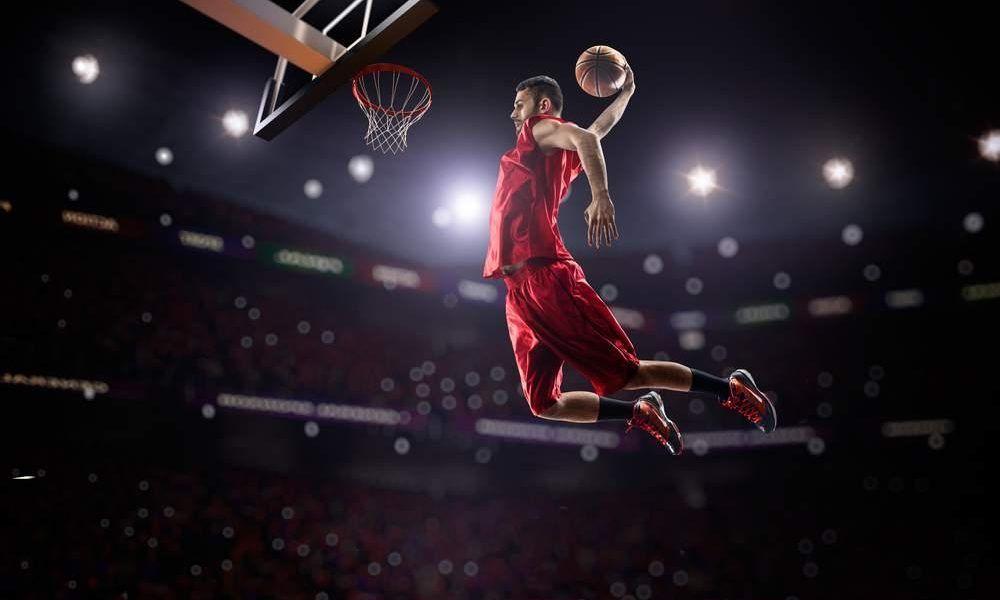 jugar baloncesto