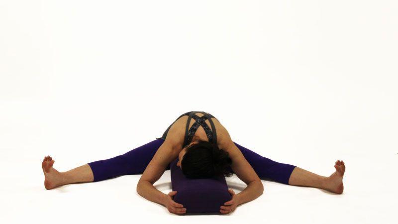 estiramiento con ayuda de bloque de yoga