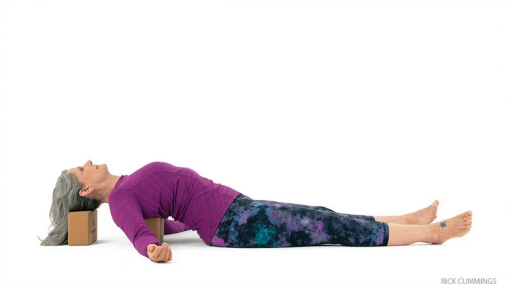 Postura del pez usando dos bloques de yoga