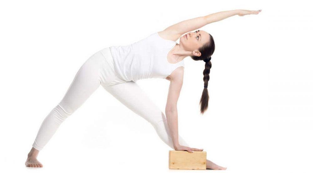 Postura del triángulo con un bloque de yoga