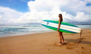 Chica con tabla de hacer surf