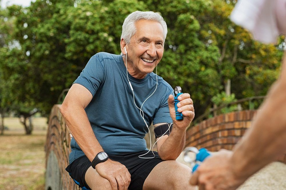 Hombre de edad avanzada haciendo ejercicio