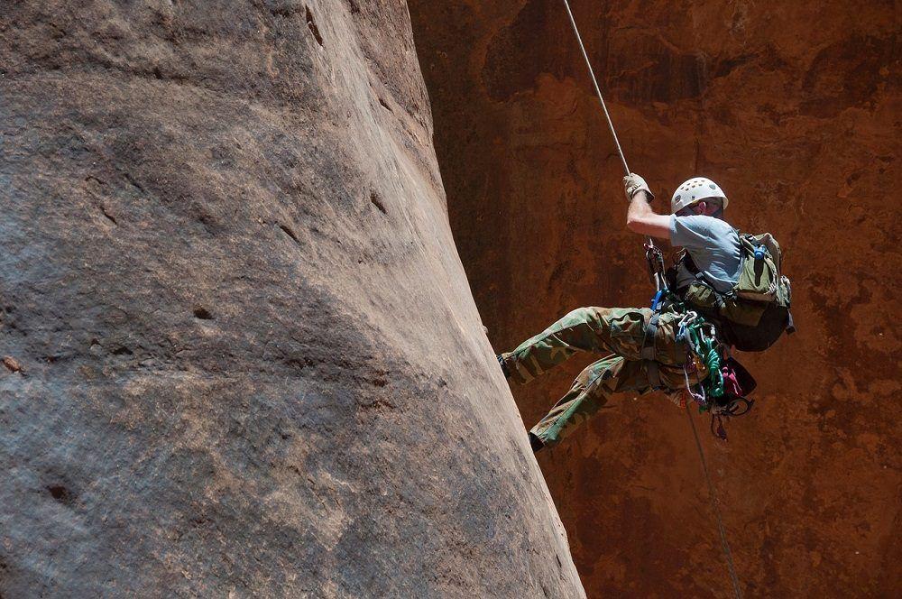 Descenso usando materiales necesarios para una ruta de escalada