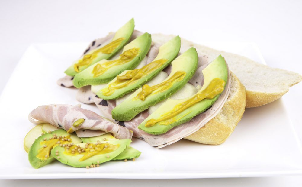 Pan con aguacate y pavo