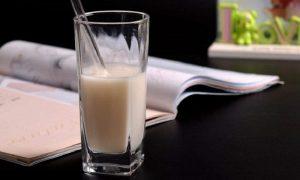 ¿Son saludables las bebidas instantáneas con sabor para tomar más agua?