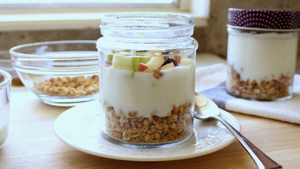 recetas saludables de postres para diabéticos: yogur de manzana y granola