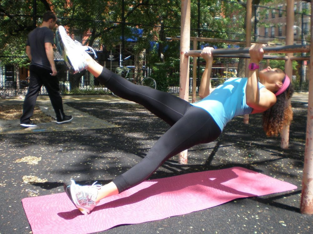 El remo invertido es un sencillo ejercicio que te ayuda a quemar grasa utilizando solo tu cuerpo