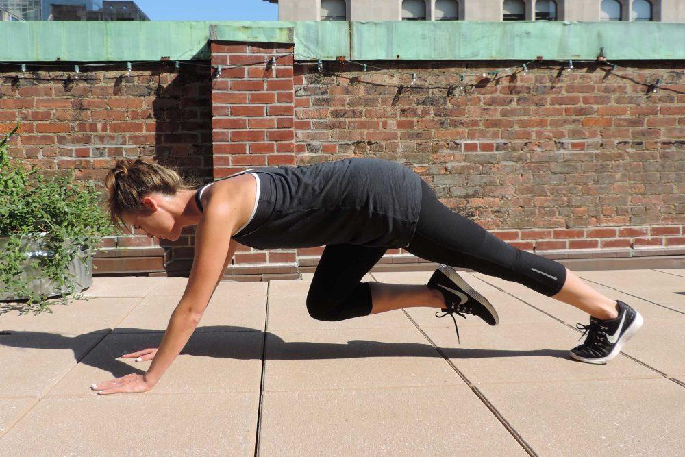 ejercicios de plancha con rodillas al pecho para corredores