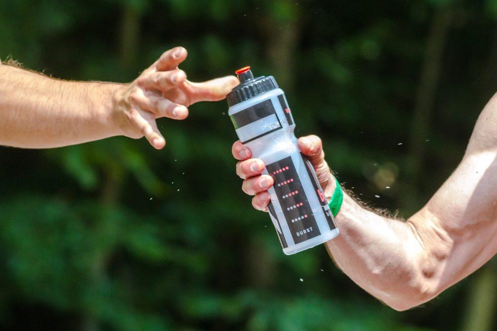 Es malo no beber agua al hacer deporte