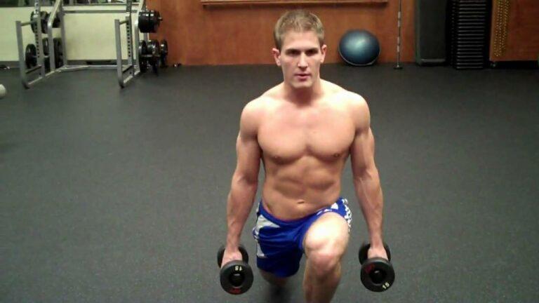 La zancada con pesas es un ejercicio interesante para trabajar simultáneamente tren inferior y superior