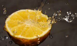 Beneficios de tomar agua con limón en ayunas: descúbrelos