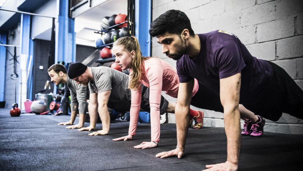 Las flexiones básicas, uno de los mejores ejercicios de pecho con peso corporal que puedes hacer en casa
