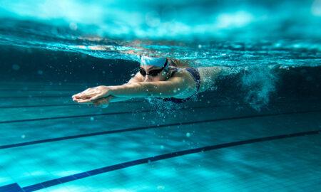 Nadar es uno de los deportes para liberar estrés más completos