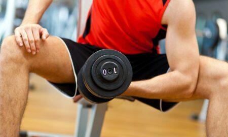 ejercicios multiarticulares con mancuernas